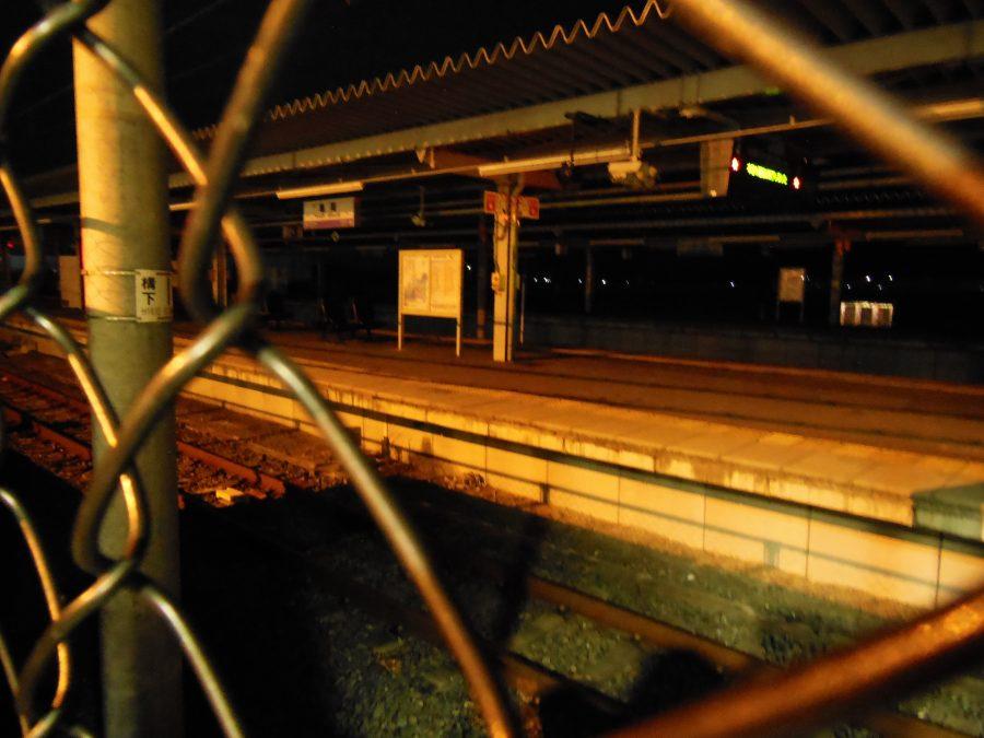 どこか神秘的な深夜の亀岡駅のホーム