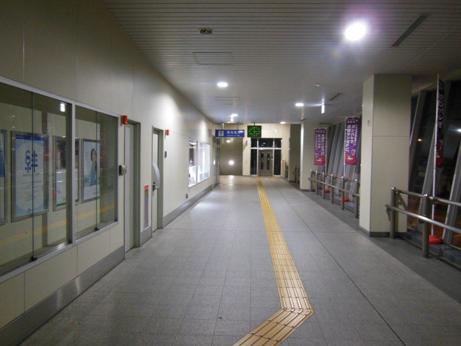 明かりは着いているが誰もいない亀岡駅