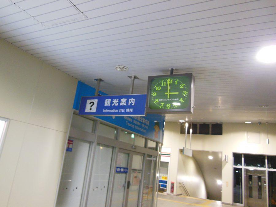 深夜3時を指す亀岡駅の時計