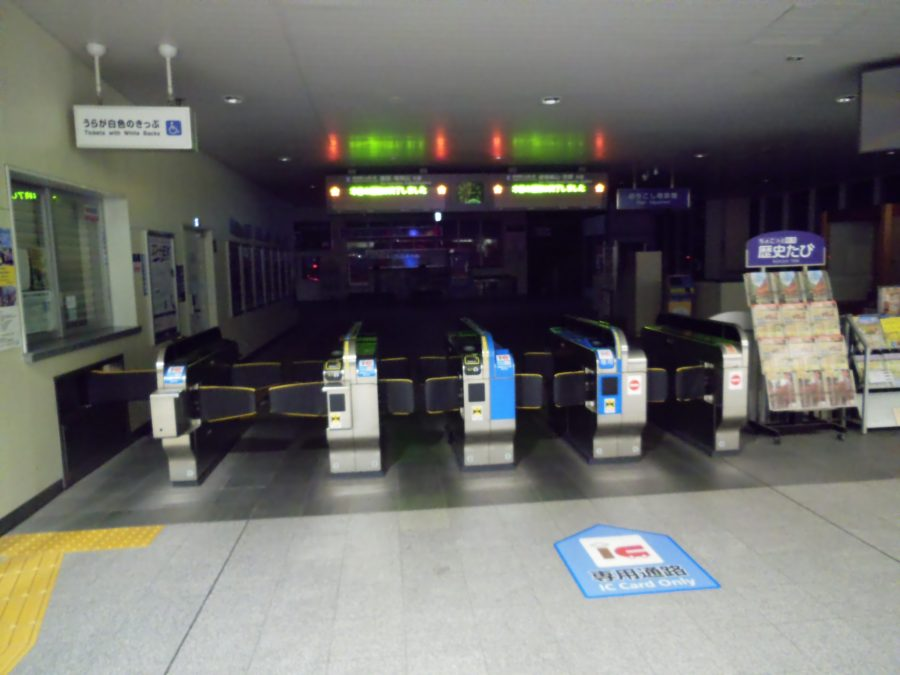 深夜の亀岡駅改札