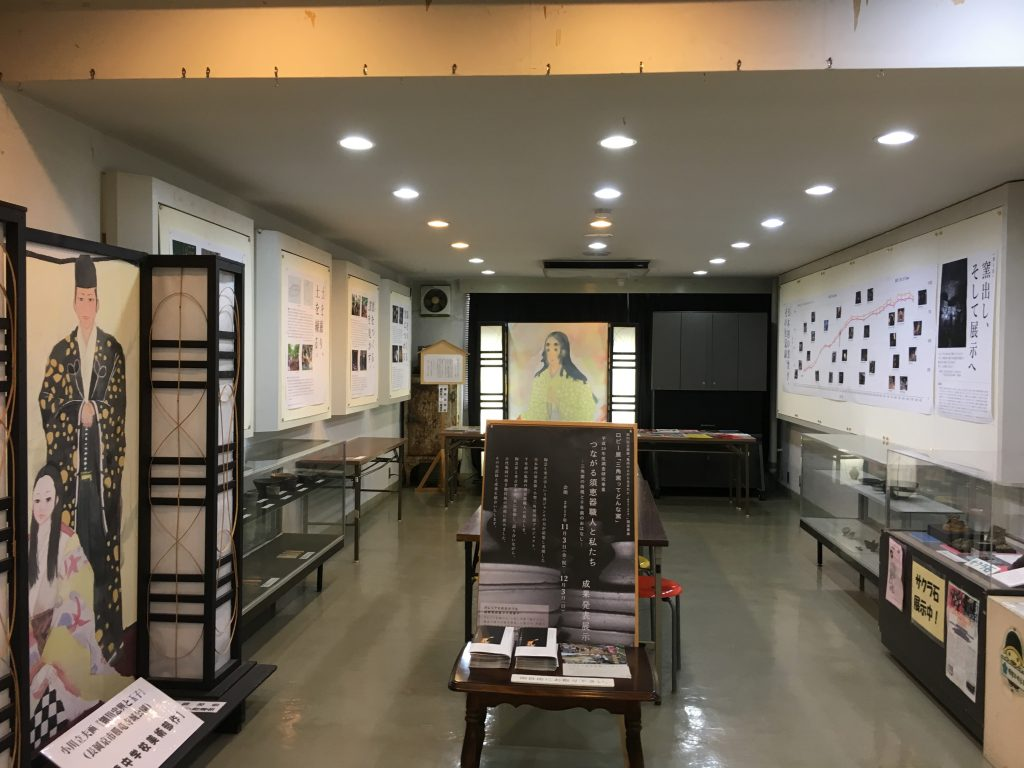亀岡文化資料館のロビーの様子。無料で見学できます。